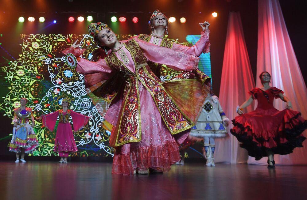 Kazan'da düzenlenen 'Tatar Kızı' 2019 Güzellik Yarışması'nda Tataristan'ın çeşitli bölgelerinden güzel taç için yarıştı.