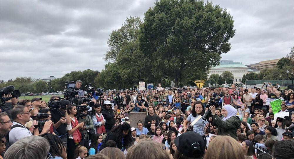 Birleşmiş Milletler (BM) İklim Zirvesi'ne katılmak için Avrupa'dan yola çıkıp sıfır karbondioksit salınımlı yelkenliyle Atlantik Okyanusu'nu geçerek New York'a ulaşan 16 yaşındaki İsveçli aktivist Greta Thunberg, Beyaz Saray önünde iklim protestosu yaptı.