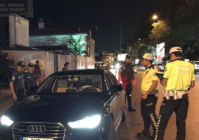 İstanbul'da Yeditepe Huzur asayiş uygulaması kapsamında 39 ilçede denetim gerçekleştirildi. Denetimlerde trafik kontrolleri de yapıldı.