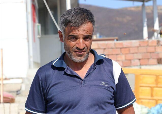 İzmir'in Menemen ilçesinde çıkan yangında önce evinin çatısındaki Türk bayrağını kurtaran Erdoğan Özdemir, gazetecilere açıklamalarda bulundu.