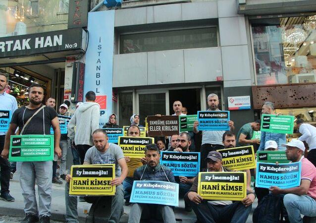 İBB'de işten çıkartılan bir grup işçi CHP il binası önünde oturma eylemine başladı