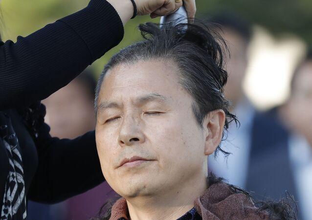 Güney Kore'de ana muhalefet partisi lideri, ailesinin adı yolsuzluk iddialarına karışan Adalet Bakanı Ço Kuk'un istifası talebiyle saçını sıfıra vurdurdu.