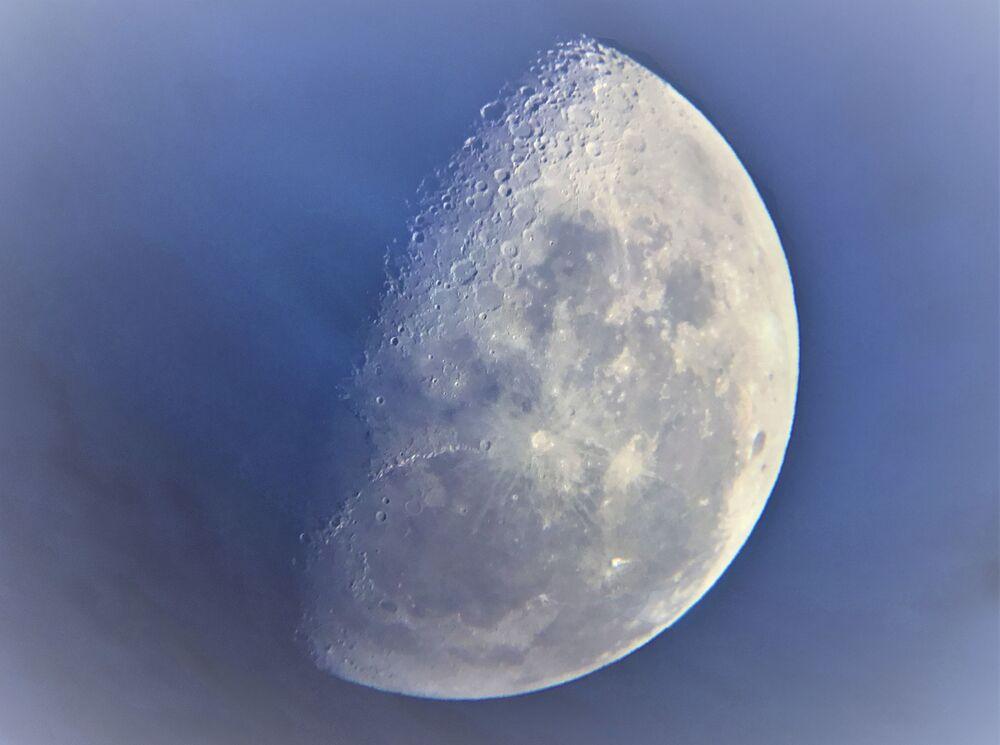 Yarışmanın 'Yılın Genç Astronomi Fotoğrafçısı' kategorisinde  takdire layık görülen 9 yaşındaki İngiliz fotoğrafçı Casper Kentish'in Ay görüntüsü.