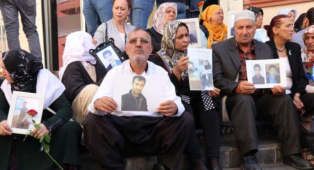 Çocuklarının dağa kaçırılmasından HDP'yi sorumlu tutan Diyarbakır annelerinin partinin il binası önünde sürdürdüğü oturma eylemine, çocukları terör örgütü PKK'nın İran kanadı PJAK'a katılan 5 aile daha dahil oldu.