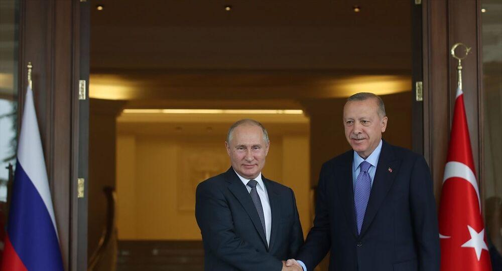 Türkiye Cumhurbaşkanı Recep Tayyip Erdoğan ve Rusya Devlet Başkanı Vladimir Putin, Türkiye-Rusya-İran Üçlü Zirvesi öncesi bir araya geldi. Erdoğan, Türkiye-Rusya-İran Üçlü Zirvesi için Ankara'da bulunan Putin'i Çankaya Köşkü'nün kapısında karşıladı. Karşılamanın ardından ikili görüşme yapıldı.