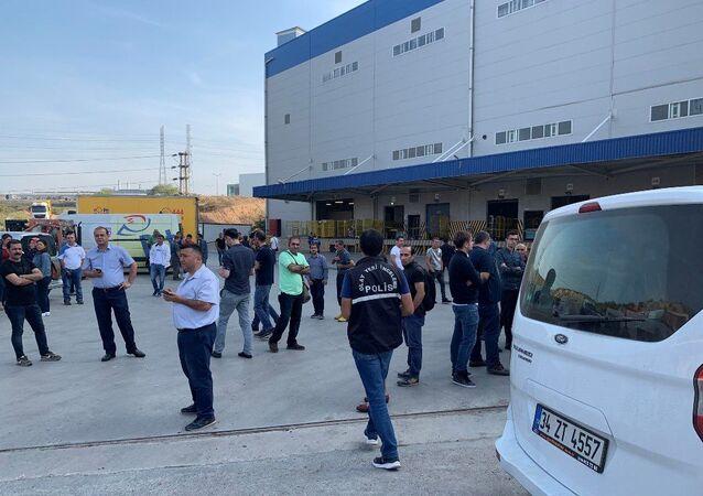 İstanbul Tuzla'daki bir kargo merkezinde, paketlerden birinden saçılan toz paniğe neden oldu. Tozla temas eden 2 kişi hastaneye kaldırılırken, inceleme için uzman ekip bekleniyor.