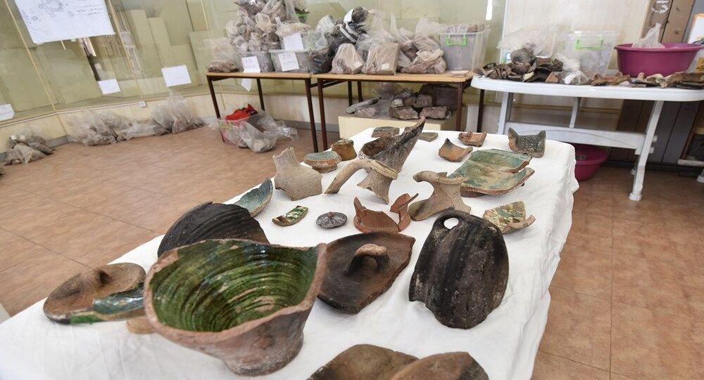 Bitlis'in Ahlat ilçesinde yürütülen kazı çalışmalarında 5 bin yıllık seramikler bulundu.