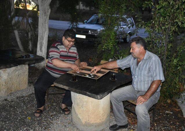 Aydın'ın Karacasu ilçesinde, 35 yıl önce açılan kahvehaneye dekor olarak konulan mermer taşın, 2 bin yıl önce Afrodisias Antik Kenti yolu güzergahında mesafeyi gösteren mil (yön) taşı olduğu ortaya çıktı.