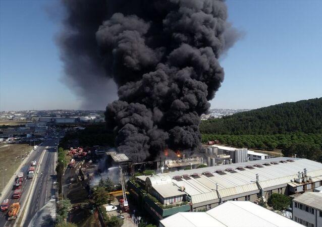 Tuzla'da kimyasal maddelerin üretildiği fabrikada çıkan yangın