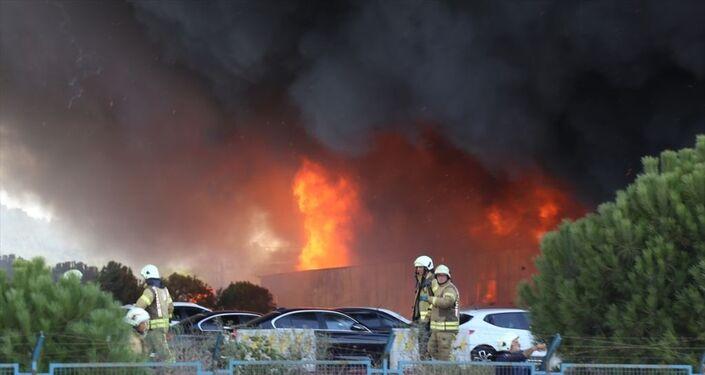 Tuzla'da bir deri fabrikasında çıkan yangına müdahale, çevre ilçelerden gelen itfaiye ekiplerinin desteğiyle sürüyor. Yangın nedeniyle olay yerine Tuzla ve çevre ilçelerden çok sayıda itfaiye ekipleri sevk edildi. Geniş bir alan üzerine kurulu fabrikadaki yangına müdahale eden ekiplerin çalışmaları sürüyor.