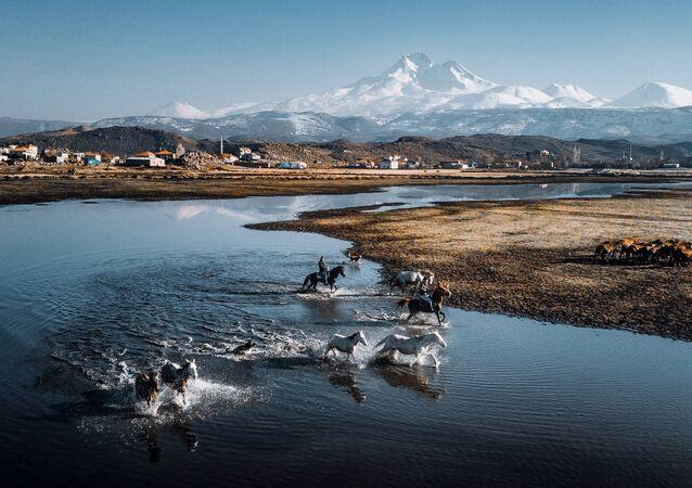 Türkiye'den yarışmacı Ömerali Şenakaylı'nın Kayseri'de çektiği Erciyes Dağı manzaralı görüntü, 2019 EyeEm Fotoğraf Ödülleri'nin finalistleri arasında yer aldı.