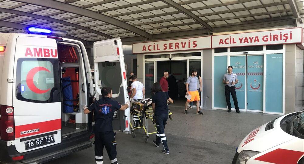 Bursa'da hastaneye dişini çektirmek için gelen bir genç tarafından bıçakla yaralanan diş hekimi tedavi altına alındı.