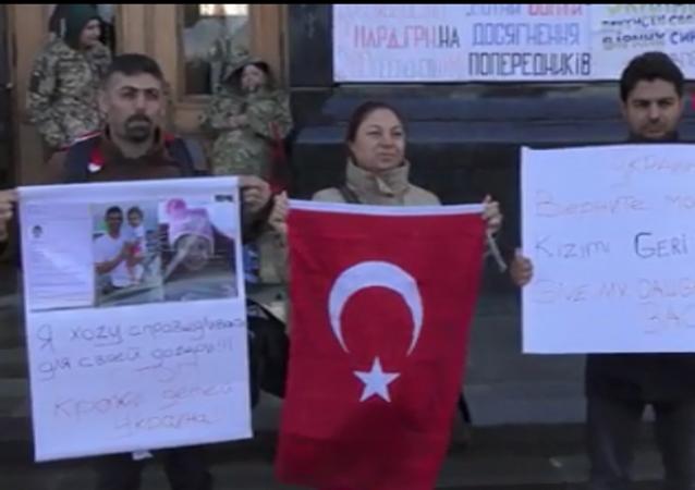 Ukraynalı eşlerinin ülkelerine götürdüğü çocuklarını görebilmek için hukuk mücadelesini sürdüren Aytaç Atasoy ve İsmail Yüce, Ukrayna Devlet Başkanlığı binasının önünde protesto eylemine başladı.