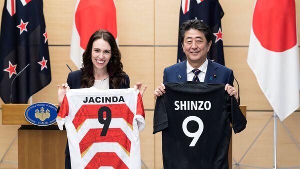 Yeni Zelanda Başbakanı Jacinda Ardern ve Japon mevkidaşı Şinzo Abe - Sputnik Türkiye