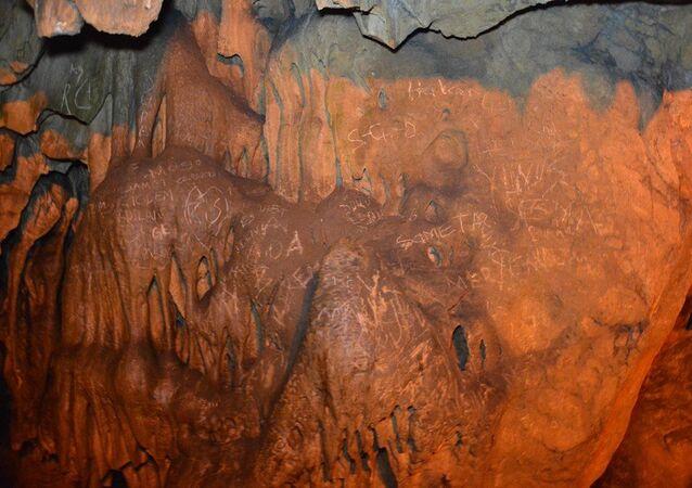 Karabük'ün Safranbolu ilçesindeki Türkiye'nin 4. büyük mağarası Bulak (Mencilis) Mağarası'nın sütunları ile duvarlarına, kimliği belirsiz kişi ya da kişilerce yazılar yazıldığı görüldü. Yazıların tespit edilmesiyle mağaraya rehbersiz girişler yasaklandı.