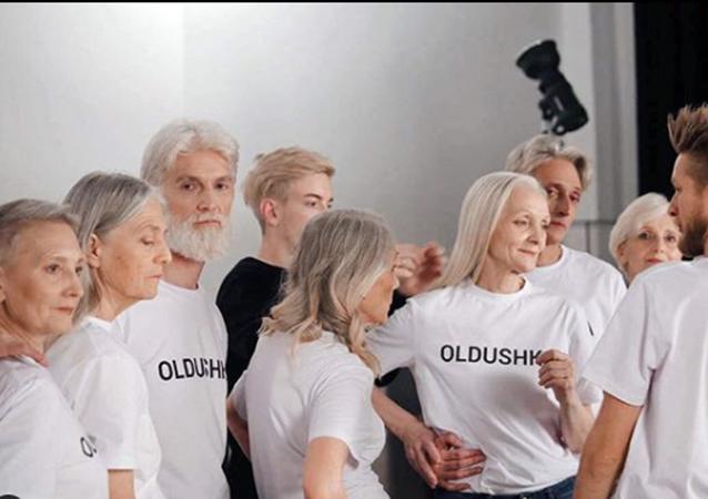 Medya tarafından dayatılan gençlik ve güzellik algısına meydan okuyan 'Oldushka' isimli Moskova merkezli mankenlik ajansı, 45 yaş üstü modellerle çalışıyor.