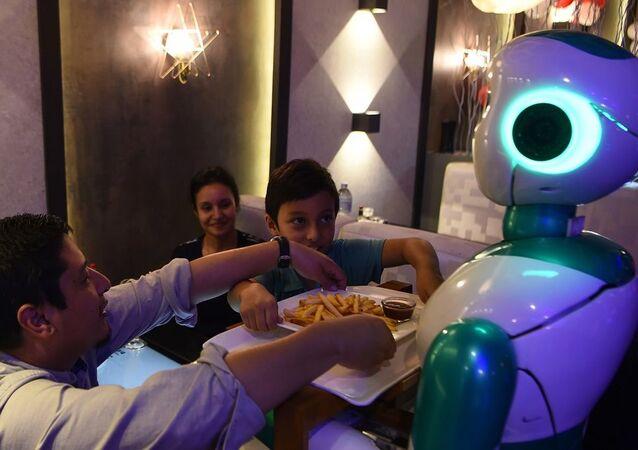 Yemek servis eden bir robot