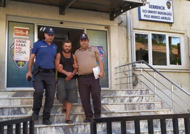 Aydın'ın Germencik ilçesinde bekçilik yaptığı bahçeden 900 kilogram incir çaldığı iddiasıyla gözaltına alınan kişi cezaevine gönderildi.