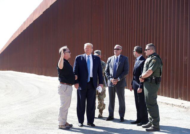Meksika duvarı inşaatını yerinde inceleyen ABD Başkanı Donald Trump, Korgeneral Todd Semonite (en sağda) tarafından güvenlik teknolojisi hakkında bilgi vermemesi yönünde uyarıldı.