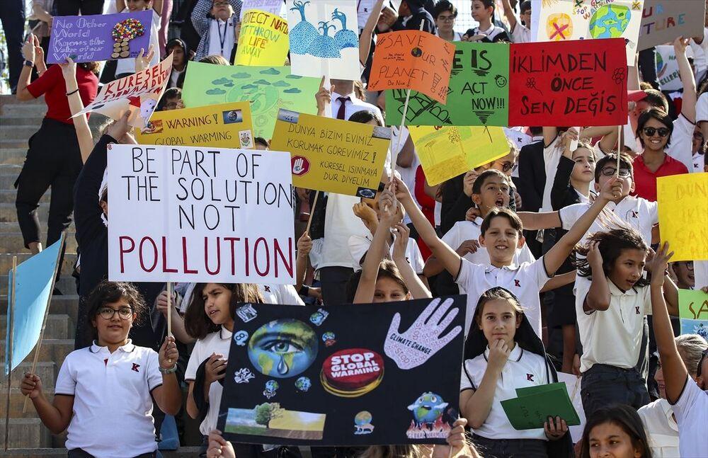 Türkiye'de ise Türk Eğitim Derneği'ne (TED) bağlı okullardan yaklaşık 6 bin öğrenci, küresel iklim değişikliği ve zararlarına karşı farkındalık eylemi yaptı. 'Ya Sıfır Karbon Ya Sıfır Gelecek' sloganıyla küresel iklim değişikliğine vurgu yapan öğrenciler, TED Ankara Koleji'nin İncek Kampüsü'nde bir araya geldi. Anaokulundan lise düzeyine kadar binlerce öğrencinin katıldığı eyleme, öğretmenler, çalışanlar, veliler ve mezunlar da destek verdi.