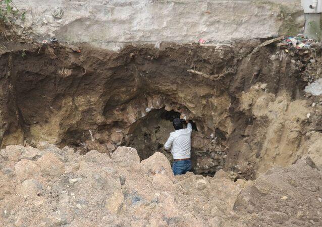 Kırklareli'nin Pınarhisar ilçesinde bir inşaatın temel kazısında Osmanlı döneminde yapıldığı değerlendirilen tünel bulundu.