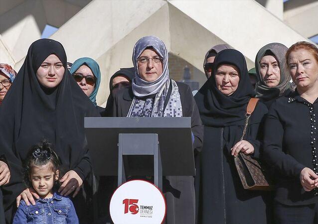 15 Temmuz Şehitler Köprüsü'ndeki Şehitler Makamı'nda 15 Temmuz Derneği Kadın Komisyonu'nca Diyarbakır'da evlat nöbeti tutan ailelere destek vermek için basın açıklaması yapıldı.