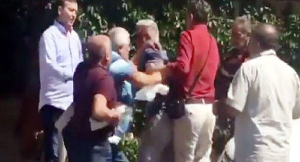 Antalya'da bir kahvede okey oynayan grup arasında çıkan kavgada taraflar birbirlerine okey tahtaları ile saldırdı. 2 kişinin yaralandığı kavga, kahvedeki diğer kişilerin araya girmesiyle sonlandı.