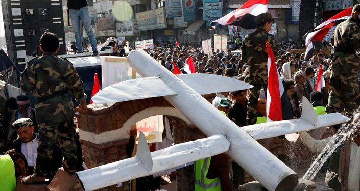 Yemen'in başkenti Sana'nın Husiler tarafından ele geçirilmesinin 5. yıl dönümü münasebetiyle başkentin farklı bölgelerinden bir araya binlerce kişi, Bab al Yaman caddesindeki etkinlik alanına doğru yürüyüş düzenledi. Etkinlikte, maket insansız hava aracı sergilendi.