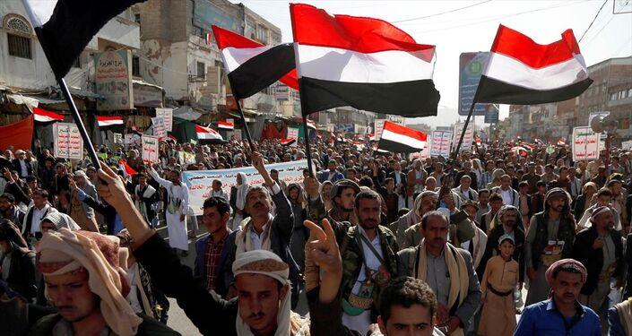 Yemen'in başkenti Sana'nın Husiler tarafından ele geçirilmesinin 5. yıl dönümü münasebetiyle başkentin farklı bölgelerinden bir araya binlerce kişi, Bab al Yaman caddesindeki etkinlik alanına doğru yürüyüş düzenledi.