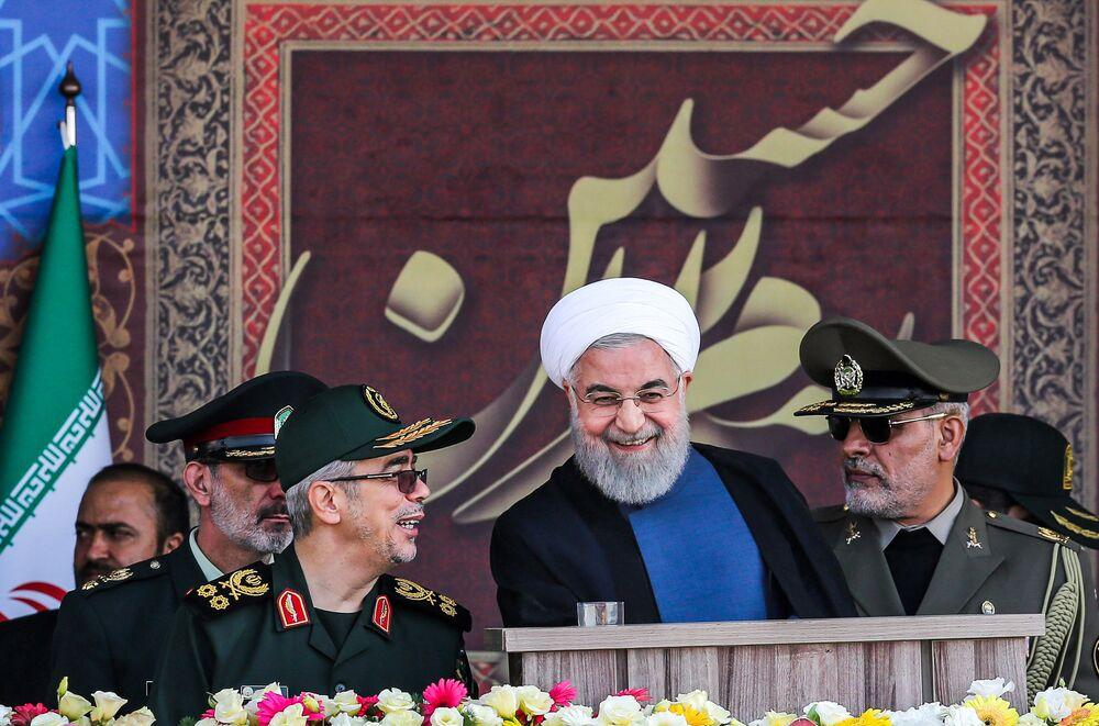 İran Cumhurbaşkanı Hasan Ruhani ile üst düzey askeri yetkililer, geçit töreni sırasında.