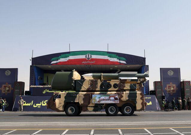 İran Silahlı Kuvvetleri askeri geçit töreni düzenlemekle birlikte, askeri ve savunma alanında en yeni kazanımlarını görücüye çıkardı.