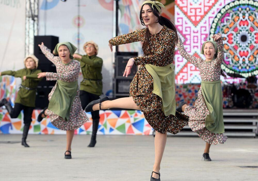 Kazan'daki  Kültürel Mozaik Festivali'nde sahne alan dans topluluğunun üyeleri.