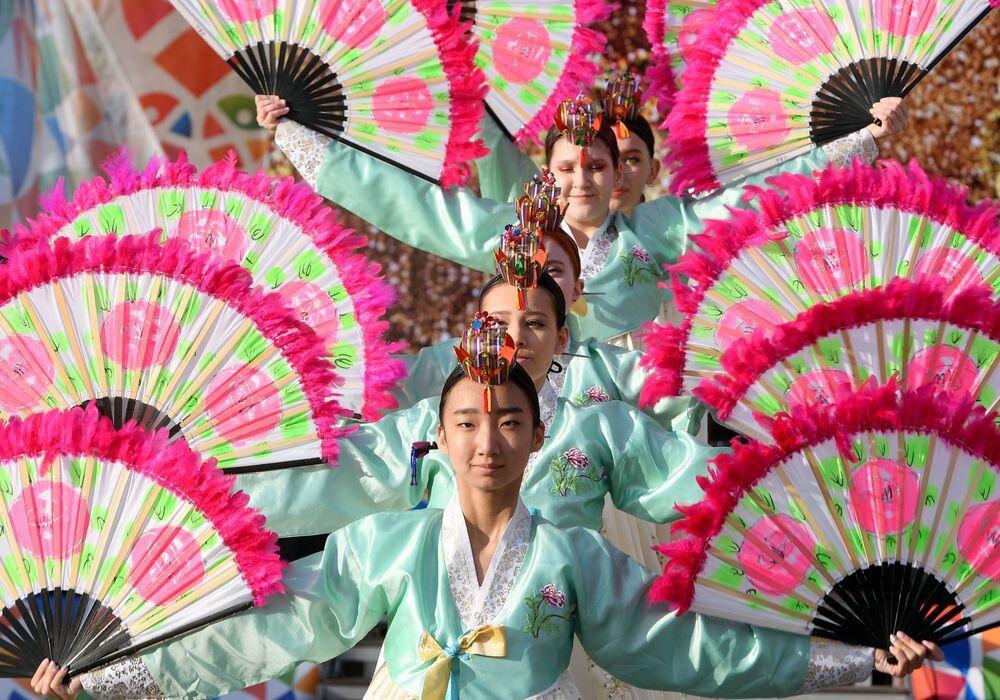 Kültürel Mozaik Festivali kapsamında  düzenlenen dans gösterileri renkli  görüntülere sahne oldu.