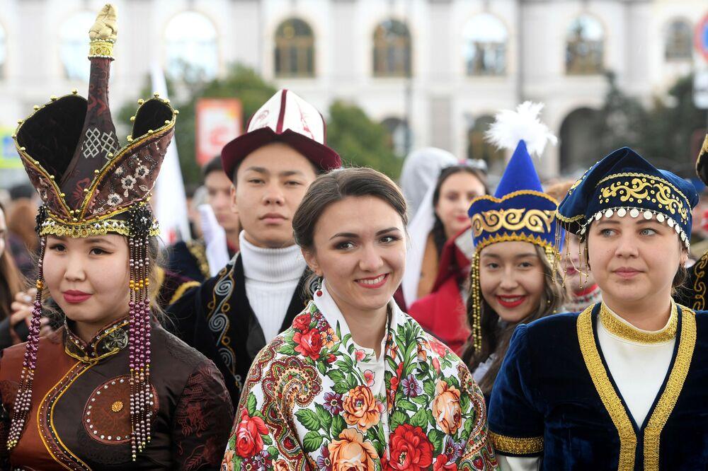 Festivalin katılımcıları, Tataristan'da yaşayan halkların ulusal kıyafet çeşitliliğini sergiledi.