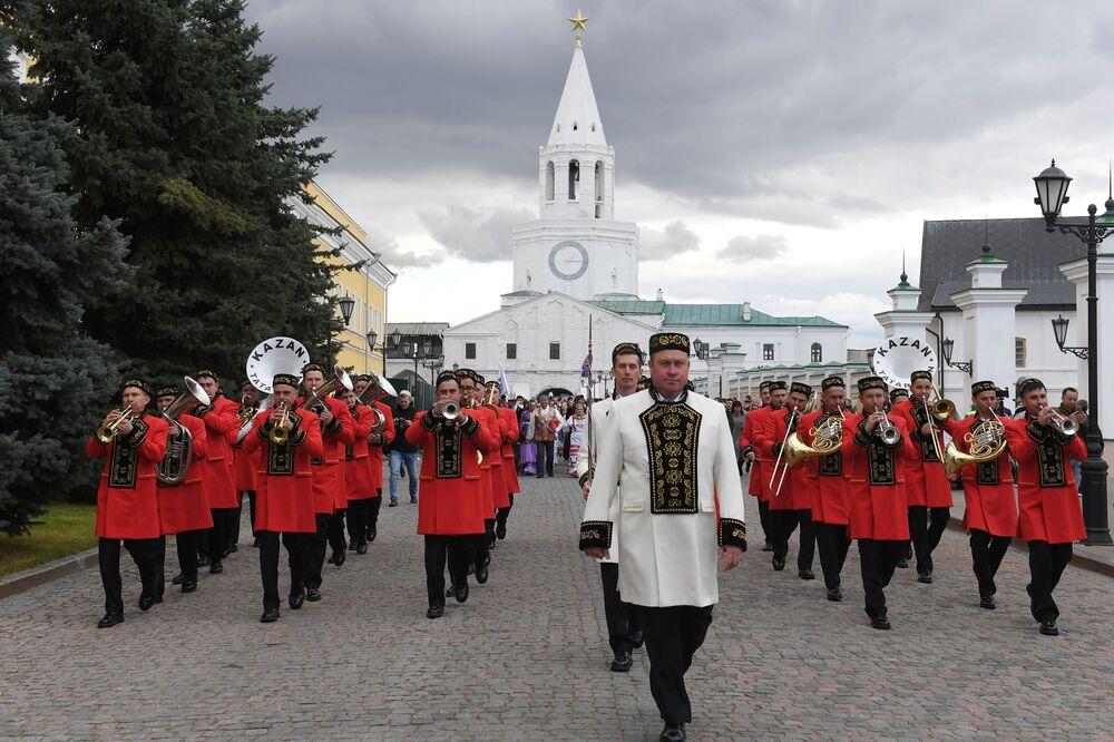 Kazan'da Ulusal Kıyafet Günü kapsamında düzenlenen Kültürel Mozaik Festivali'nin programını çeşitli müzik ve dans gösterileri, geleneksel oyunlar ve el sanatları atölyeleri oluşturdu.