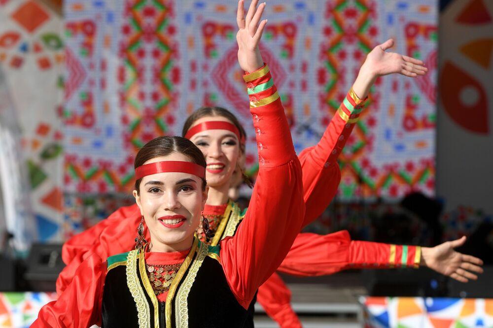Kazan'da düzenlenen Kültürel Mozaik Festivali'nde sahne alan geleneksel dans topluluğunun üyeleri.