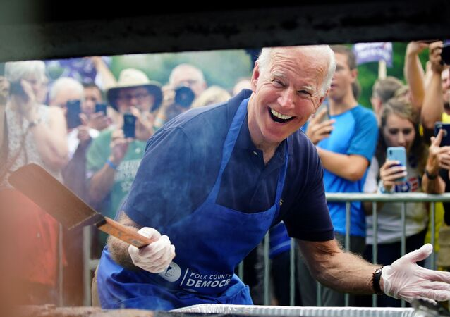 Joe Biden, Demokrat Parti'nin Iowa önseçimleri kampanyası sırasında mangal yaparken