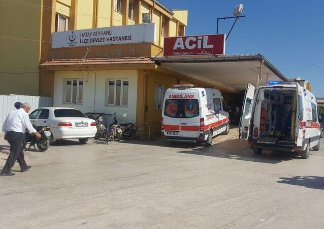 Suriye sınırına yakın bölgede Hatay'ın Reyhanlı ilçesinde, sınırdışı edilecek çok sayıda düzensiz göçmeni taşıyan bir kamyonet devrildi.