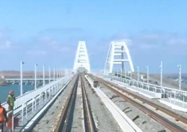 Rus gazeteciler Kırım Köprüsünün demiryolu kısmından geçti