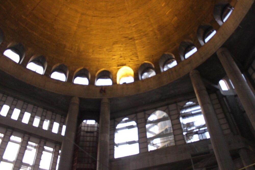 Havadan görüntülerde caminin minarelerinde iskelelerin kurulu olduğu ve çalışmaların devam ettiği de görüldü. 2 bin 482 metrekarelik alanda inşası devam eden modern ve klasiği birleştiren bir mimari tarzda vatandaşların ibadetine sunulacak olan caminin ince işçiliği için çalışmalar da sürüyor.