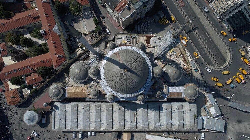 Taksim Camii'nin zemin üstü bina yüksekliği 20.70 metre kubbe yüksekliği 9.6 metre toplam mahya yüksekliği 30.3 metre olarak planlandı. Bu yükseklik bölgedeki Rum Ortodoks Kilisesi ile Ermeni Katolik Kiliselerinin yüksekliklerinin dikkate alınarak belirlendi.
