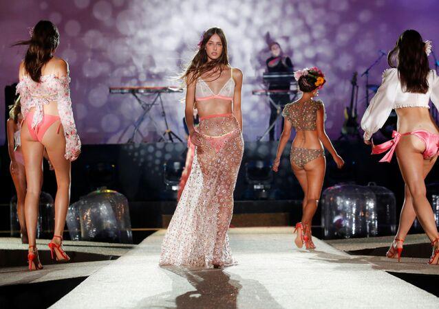 Paris Moda Haftası kapsamında düzenlenen defilede, birbirinden güzel modeller göz alıcı iç çamaşırlarıyla podyumdaydı.