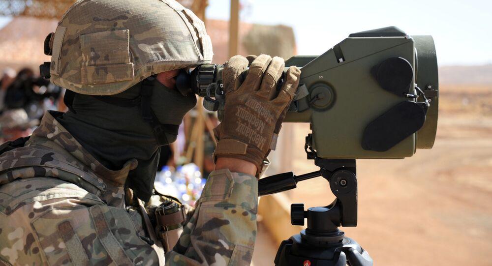 Rusya Silahlı Kuvvetleri'nin Suriye'deki  Yafour Üssü'nde  Suriyeli askerler için gerçekleştirdiği askeri eğitim turuna katılan Rus askeri eğitmenlerden biri.
