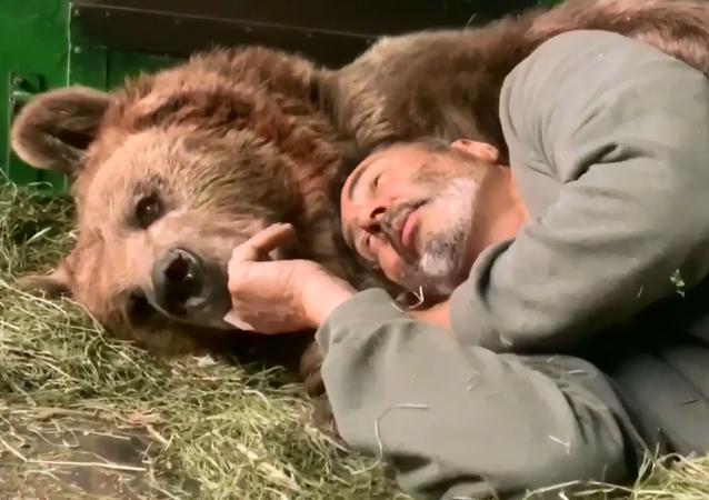 Eğitmenine sarılan boz ayının sevgi dolu anları kameralara yansıdı