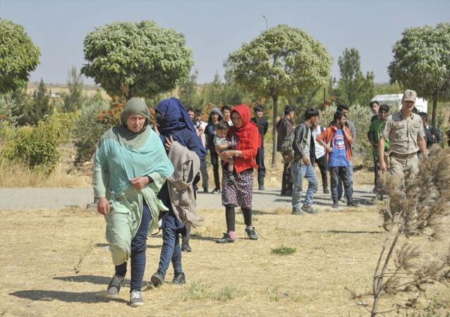 Gaziantep'te yurda kaçak yollarla giren düzensiz göçmenlerin bulunduğu otobüsün şoförü, yol kontrolünü fark edince taşıdığı 86 kişiyi otoyolda bırakarak kaçtı. Göçmenler otobüslere bindirilerek karakola götürüldü.