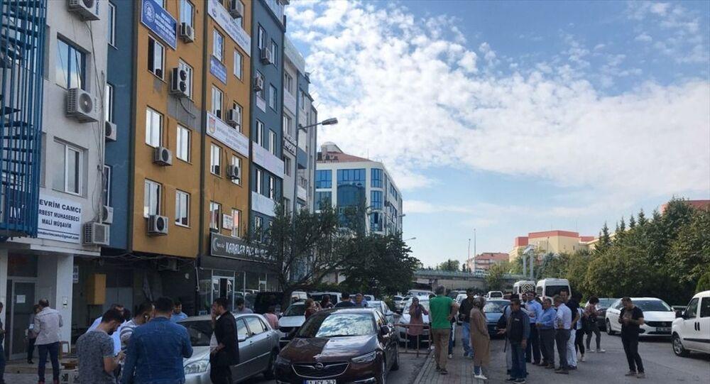 İstanbul'da meydana gelen deprem Kocaeli kent merkezinde de hissedildi. Vatandaşlar binaları boşalttı.