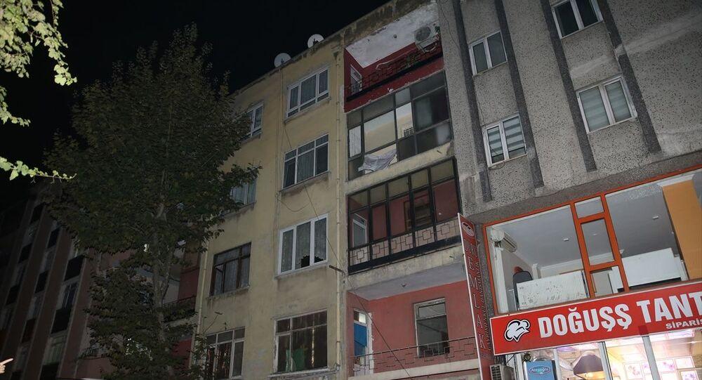 Bahçelievler'de depremden zarar gören 4 katlı bir binadaki vatandaşlar tahliye edilerek, bina mühürlendi.