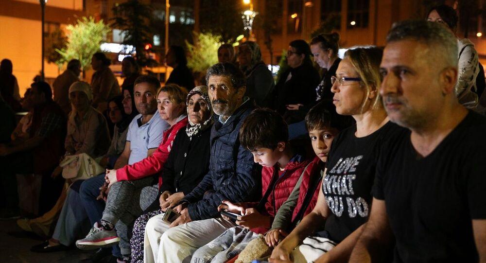 Marmara Denizi Silivri açıklarında meydana gelen deprem sonrası evlerine girmeyen bazı vatandaşlar