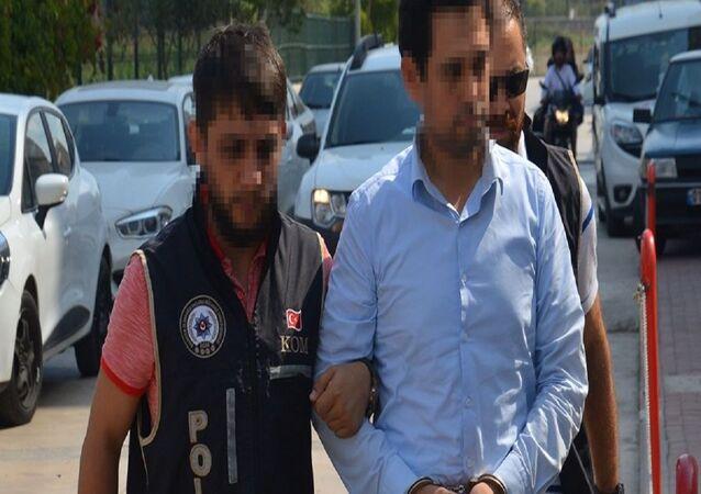 Adana'da FETÖ/PDY'ye yönelik düzenlenen operasyonda, örgütün gizli haberleşme programı 'ByLock' kullandığı tespit edilen 53 yaşındaki işçi Abdulcabbar G., polis tarafından gözaltına alındı.