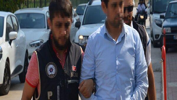 Adana'da FETÖ/PDY'ye yönelik düzenlenen operasyonda, örgütün gizli haberleşme programı 'ByLock' kullandığı tespit edilen 53 yaşındaki işçi Abdulcabbar G., polis tarafından gözaltına alındı. - Sputnik Türkiye